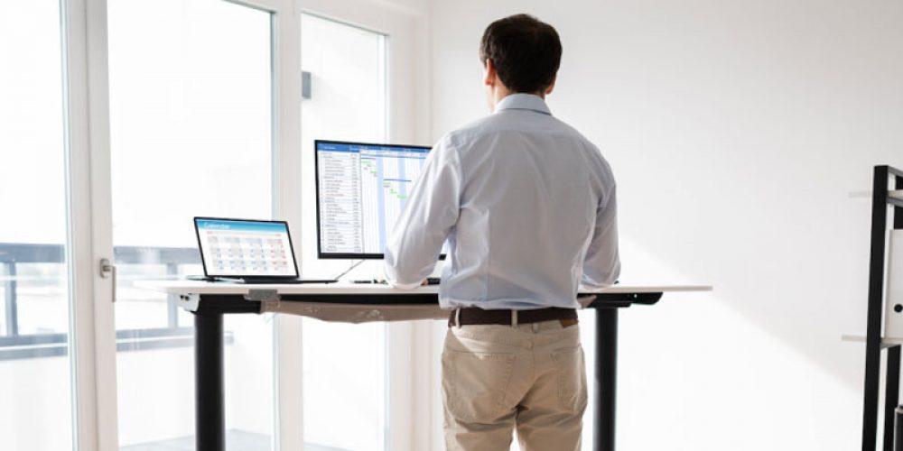 Pourquoi opter pour des bureaux assis debout ?