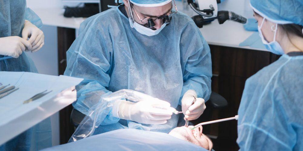 Interventions chirurgicales dentaires : trouver un dentiste spécialiste en ligne